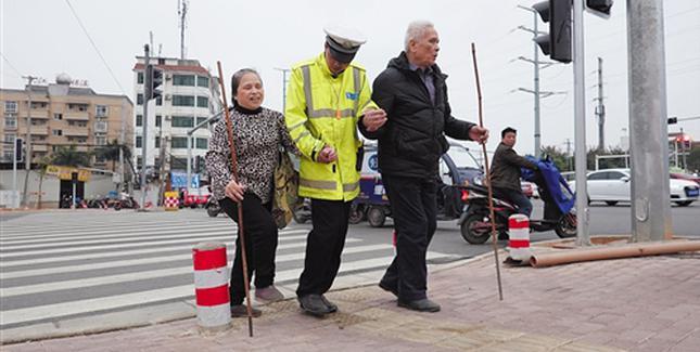 这个路口很温暖 交警14年守护路过的盲人
