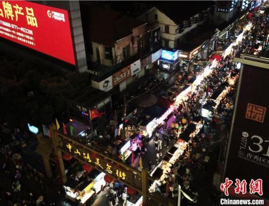 航拍人潮涌动的南宁市中山路美食街夜市。 蒋雪林 摄
