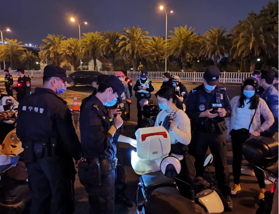 整治持续 南宁警方一晚排查6000多辆电动车4人被拘