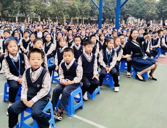 同学们被精彩的演出所吸引。