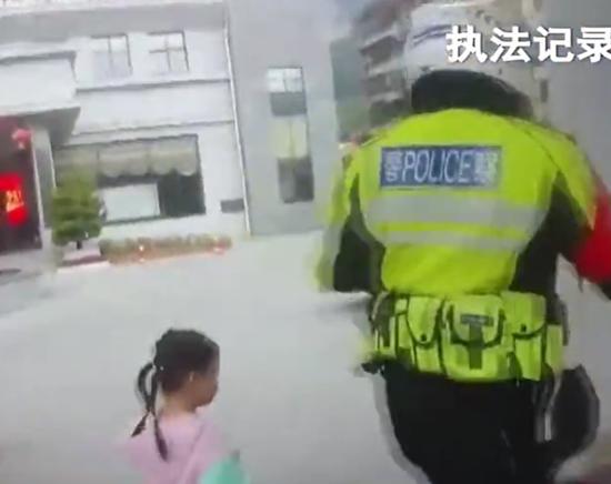 广西河池:父亲贪玩手机3岁女儿走失 交警及时救助