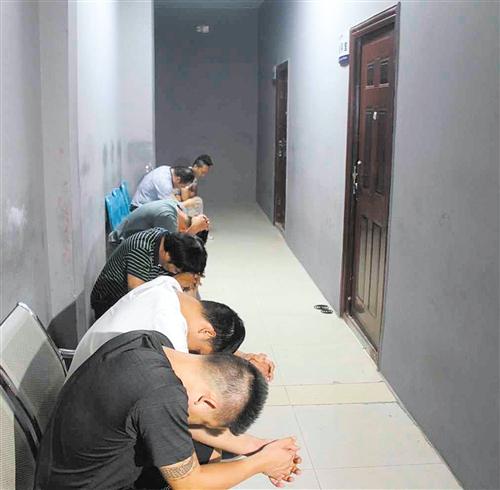 西乡塘警方查获涉黄人员(均为警方供图)