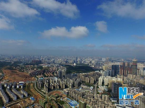 这是蓝天白云映衬下的广西南宁市区(新华社记者黄孝邦 11月21日摄)。