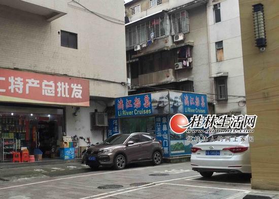 """在滨江路上,一家直接以""""漓江船票""""为招牌的旅行社营业网点。"""