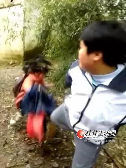 灌阳打人事件中,一男孩飞踹女孩(视频截图)