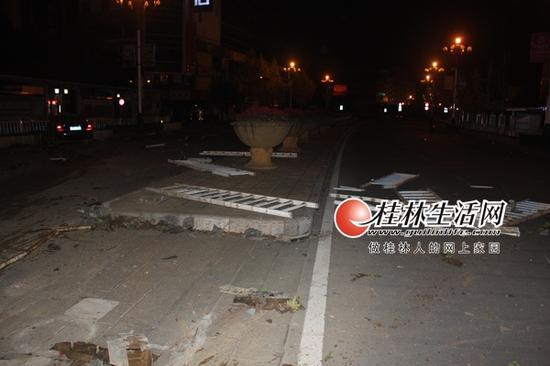 发生在七星区的一起小车撞坏道路护栏现场