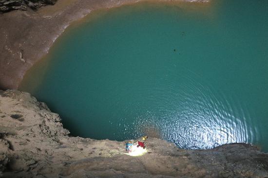 中法地质科考专家在东兰县发现深约420米罕见天坑