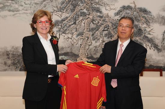 自治区人大副主任荣仕星接受西班牙客人球衣 刘毅摄