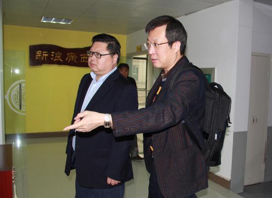广西商务厅副厅长马继宪在新浪广西总经理杨少锋的陪同下参观新浪广西