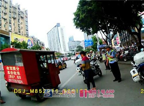 黎某驾驶正三轮摩托车在汽车南站门前乱停,无视柳南交警纠正