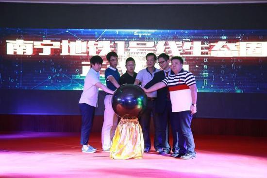 乐达国际传媒总经理杨阳、新浪广西总经理杨少峰等代表一起启动水晶球,预示着南宁地铁生态圈启动。