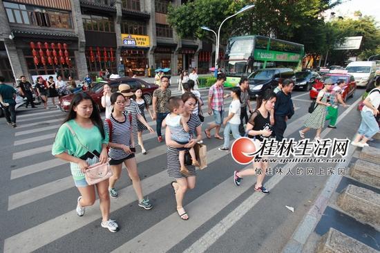 在连接东西巷和正阳步行街的斑马线上,行人经常随意穿过,影响了车辆的通行。