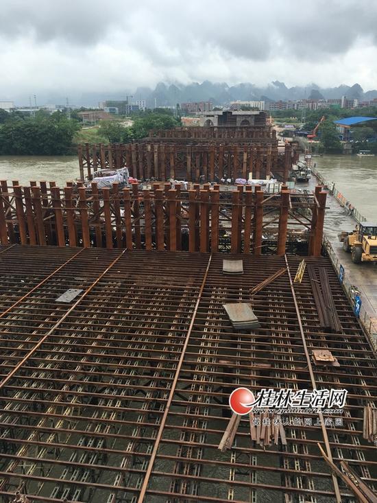 用于主桥施工的支架钢平台已经搭建好。记者谭熙 摄