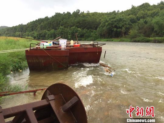 图为被狂风暴雨损毁的采石船。 李斌 摄
