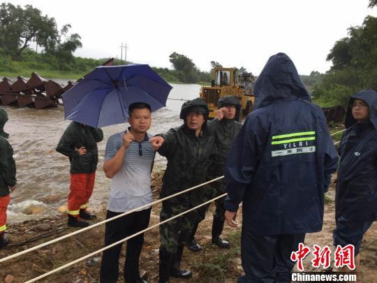 图为广西武警水电部队第三支队官兵及相关部门工作人员在现场研究处置方案。 李斌 摄