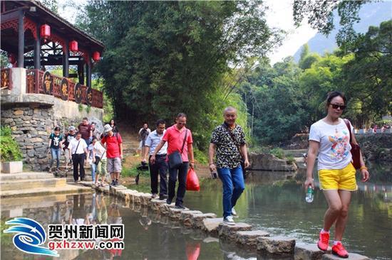 艺术家们在当地导游的带领下参观黄姚古镇。