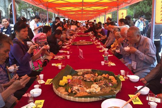 2016年昭平县长寿文化旅游节期间,黄姚古镇热闹非凡的簸箕宴 拍摄:周柳盈
