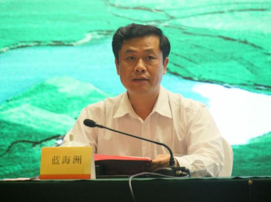 中共巴马瑶族自治县委员会副书记、县长蓝海洲出席新闻发布会