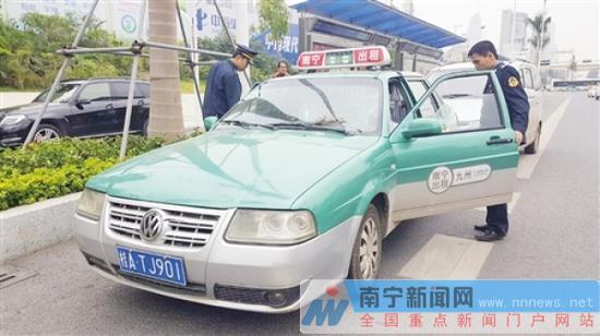 克隆出租车欲冲撞执法车逃离,被执法人员控制