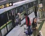 南宁:男子推婴儿车强冲地铁门 婴儿车被夹到变形