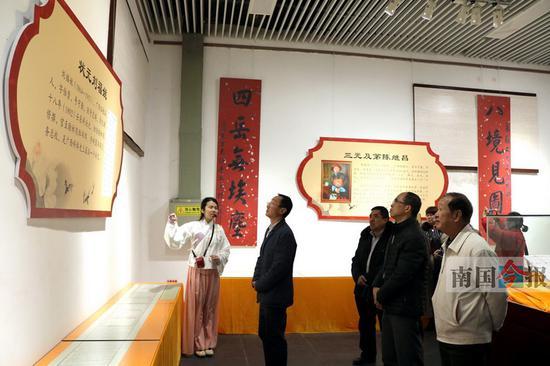 嘉宾和市民正在参观展览。记者谢永辉 摄
