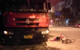 南宁:面包车撞倒自行车后扬长而去