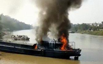 钦州:小型货船发生爆炸致一死两伤