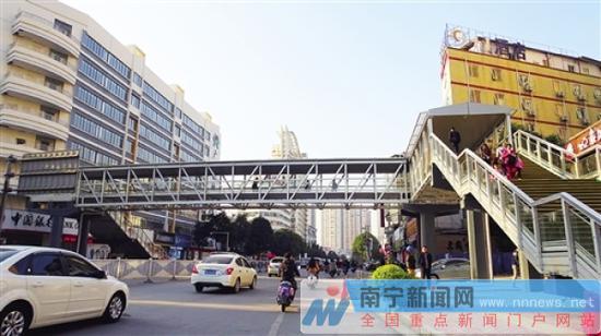 新建成的天桥给市民带来了很大方便赖有光摄