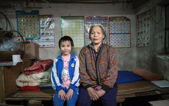 9岁女孩卖菜寻亲 父母于汶川地震失联