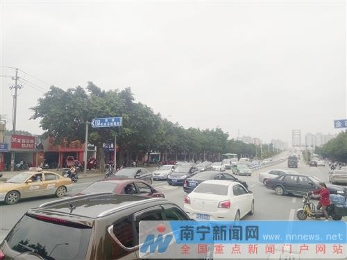 南建机动车检测站前方路段车辆横穿马路多,影响南建路交通