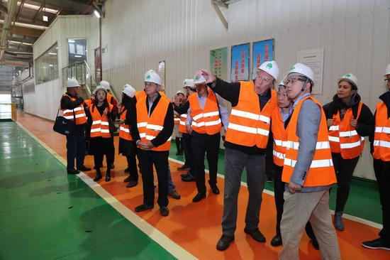 考察团一行参观丰林明阳工厂生产线