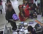 梧州:惯偷用伞打掩护 窃取手机仅用30秒