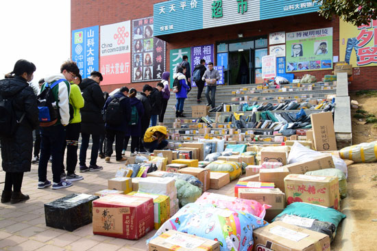近日,山东一高校开学,大学生扎堆儿取快递。视觉中国供图