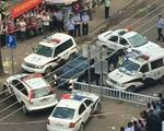 警匪大片?东兴五警车包围一轿车 将女司机控制带走