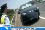 高速路上因几句争执 她竟将母亲儿子反锁在车内