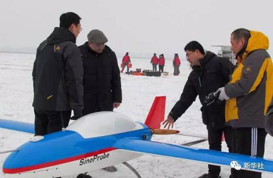 2013年1月20日,黄大年(左二)及团队成员在极寒天气下进行固定翼无人机试飞(资料照片)