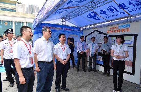 陈刚副主席参观了各基础电信运营企业的宣传展示台