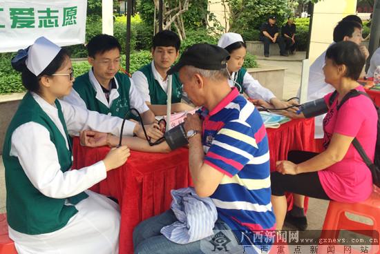 活动现场的义诊咨询吸引了附近的居民。广西新闻网记者 叶焱焱 摄