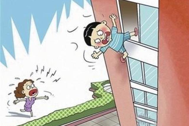 广西一三岁男童爬窗从五楼坠落身亡 爷爷瘫坐痛哭