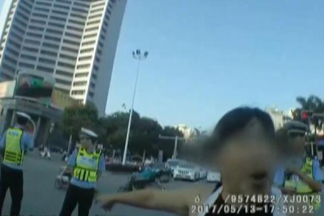 广西一女子抗拒交警执法 被问身份自称:你姑奶奶