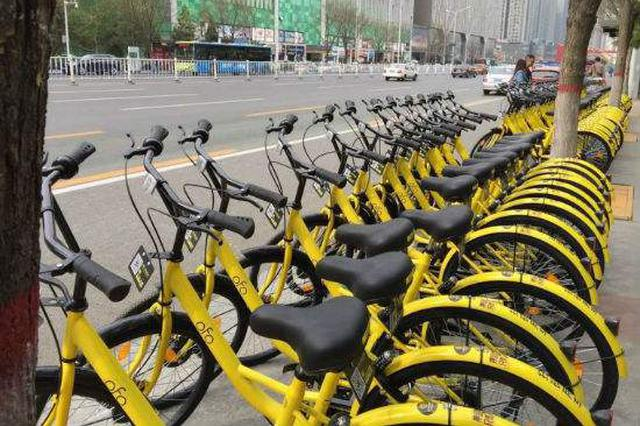 南宁市民可在民族大道有序停放共享单车
