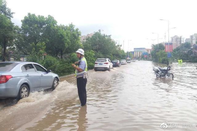 暴雨突降致南宁多路段积水严重 车辆慢行