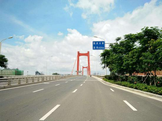 环广西公路自行车世界巡回赛(南宁站)赛段掠影,良庆大桥。(图:韦兰思)