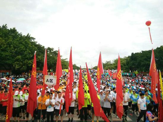 第九届广西体育节开幕式现场,人声鼎沸。(图:韦兰思)
