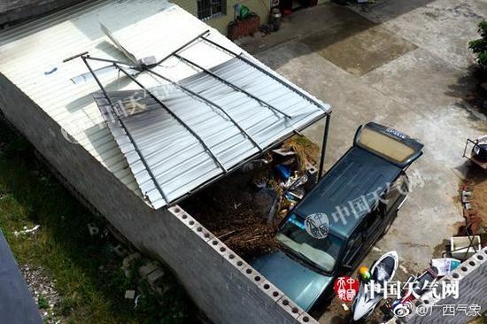 贵港遭遇强风袭击 不少村民屋顶被掀翻(图)