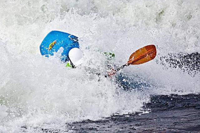 风雨突袭柳州漂流艇被打翻 两名女子险象环生
