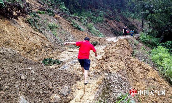 特大暴雨肆虐广西融水县 道路塌方民房被毁