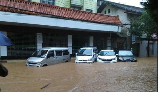 柳州融水杆洞乡突发山洪 多辆汽车被冲走(视频)