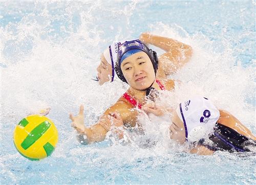 广西队球员牛冠男(中)与天津队球员张潀(右)、朱雅婧在比赛中拼抢 新华社发