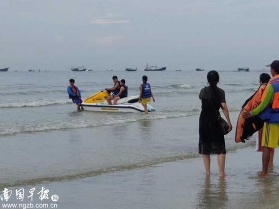 ▲游客在海边驾驶摩托艇出海游玩。